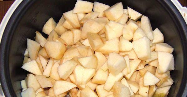 2. Кожуру можно выбросить, а яблочные дольки складываем в мультиварку.