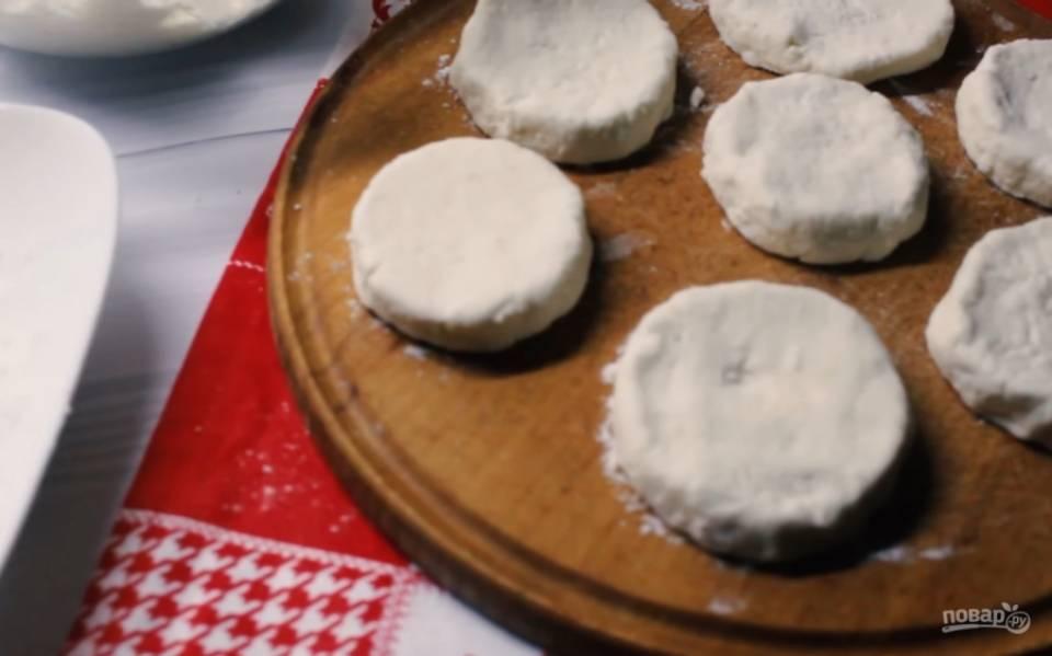 3.Обваляйте сырники в рисовой муке с обеих сторон. В таком виде их можно заморозить и приготовить позже. Если вы предпочитаете правильное питание, обжарьте их на сухой сковороде с обеих сторон.