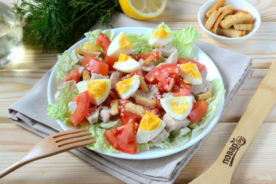 Перед подачей салат можно перемешать прямо в тарелке, а можно подать и так, тогда каждый будет брать то, что захочет. Салат из пекинской капусты с куриной грудкой готов. Кушайте с удовольствием!