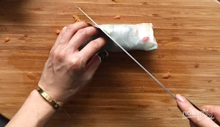 5. Овощные роллы подавайте с любым соусом, например соевым.