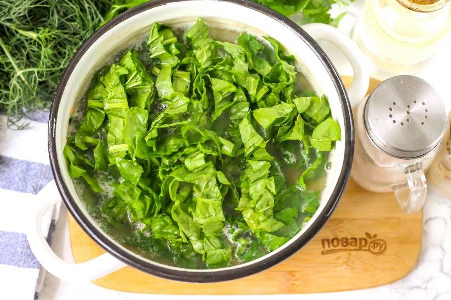 Промойте шпинат в воде, срежьте стебли и нарежьте зелень лентами. Добавьте в емкость вместе с тимьяном и перемешайте. Отварите суп еще 1-2 минуты и попробуйте на вкус.