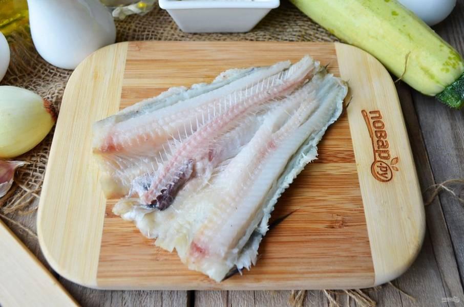 Вымытую тушки рыбы положите на доску животиком. Острым ножом сделайте разрез вдоль позвоночника. Разложите рыбку, как книжку, и удалите хребет.