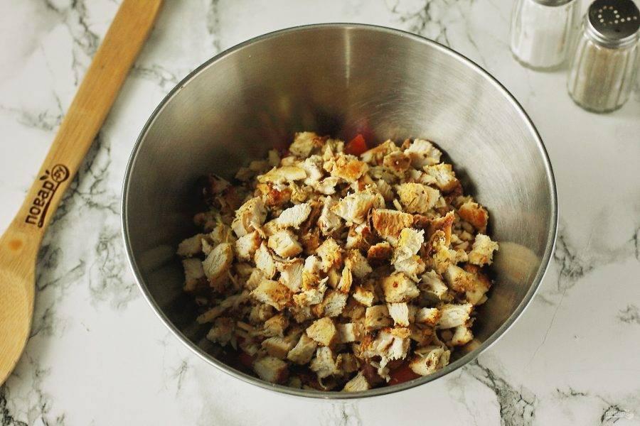 В конце добавьте охлажденное измельченное куриное филе.