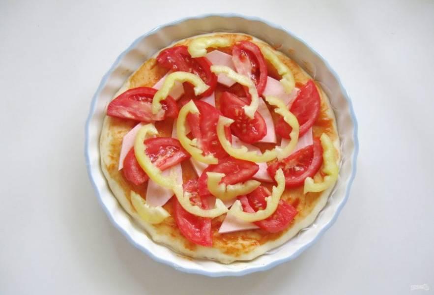 Болгарский перец нарежьте тонкой соломкой. Разложите на пицце.