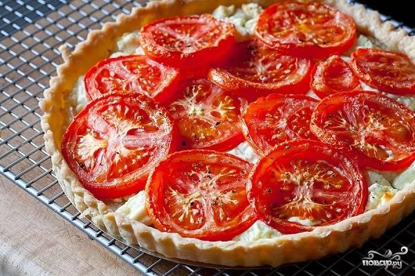 4. Выпекается пирог минут 40-45. После остудите его немного, достаньте из формы. При желании украсьте зеленью перед подачей на стол. Приятного аппетита!