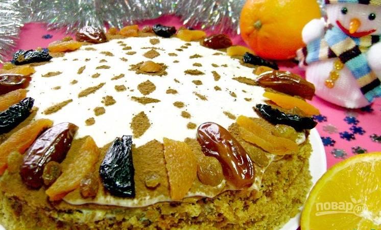 Готовый торт украсьте крошкой по бокам. Сверху посыпьте пудрой и какао. Если у вас остались сухофрукты, то красиво распределите их на корже. Оставьте медовик на 6 часов в холодильнике для пропитки. Приятного чаепития!