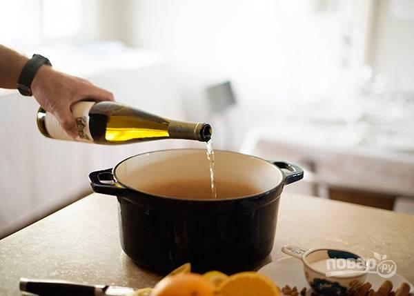 3. В кастрюлю влейте вино.