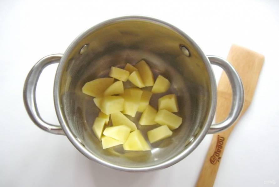 Картофель очистите, помойте, нарежьте и выложите в кастрюлю. Начинайте варить суп.