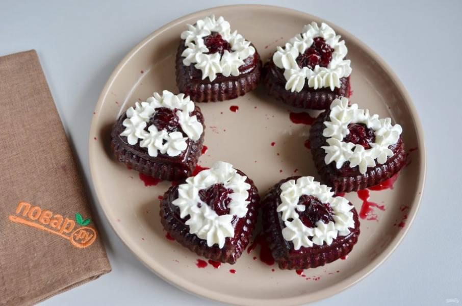 9. Украсьте пирожные сливками. Подавайте к столу!
