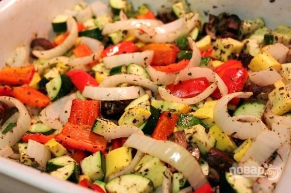 2. Выложите в жаропрочную форму, перемешайте. Добавьте соль, перец, специи, сушеные травы.