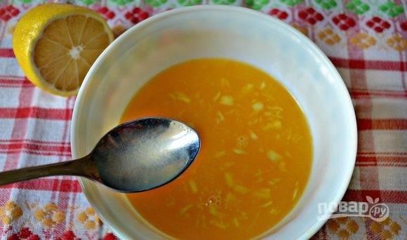 К апельсиновому соку добавьте мёд, имбирь и сок лимона. Смесь тщательно перемешайте. Соус готов!