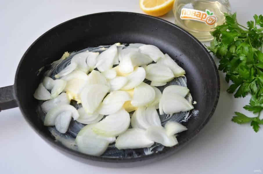 2. Очистите лук, порежьте тонкими полукольцами. На сковороде растопите ложку масла сливочного, обжарьте лук до полуготовности.
