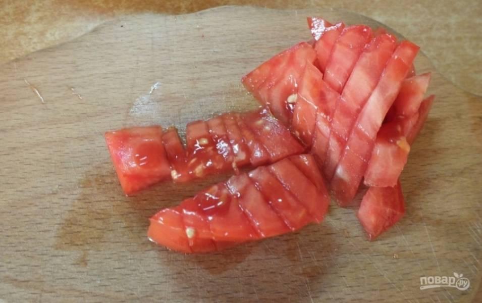 4.Помидор очищаю от кожуры (обдаю кипятком или срезаю тонким ножом), а затем нарезаю небольшими кусочками.