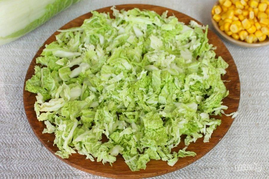 Пекинскую капусту режем тонко и высыпаем на плоскую тарелку.