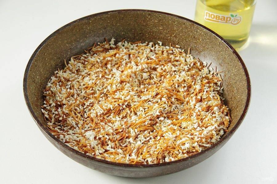 Помешивая обжарьте рис с вермишелью на сильном огне около 5 минут. Вермишель должна приобрести карамельно-золотистый оттенок, а рис стать прозрачным.