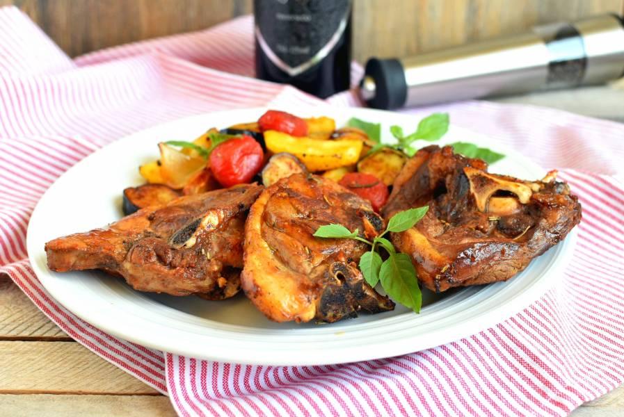 Баранина на сковороде в белом вине с овощами