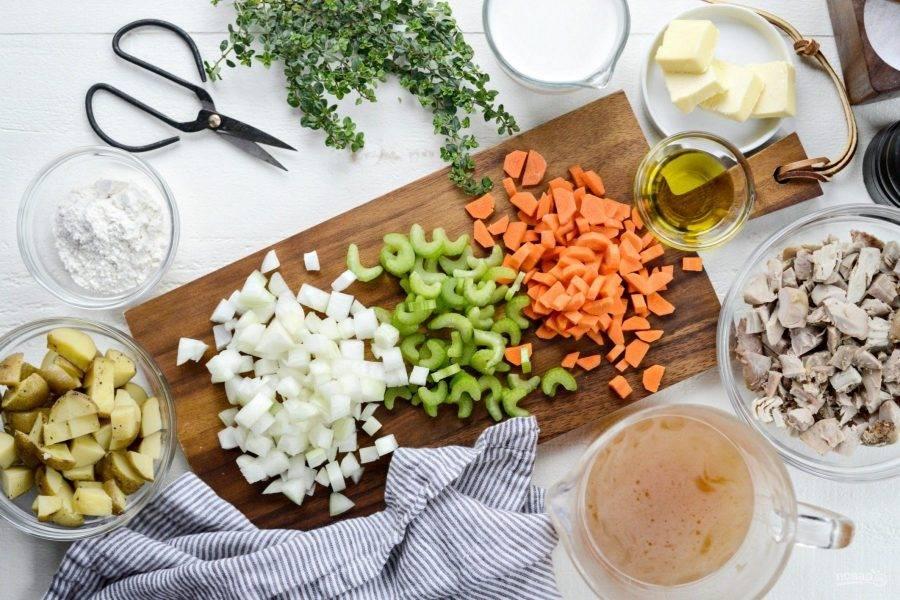 1. Для начала нарежьте кубиками сельдерей, морковь и лук. Заранее отварите индейку и картофель.