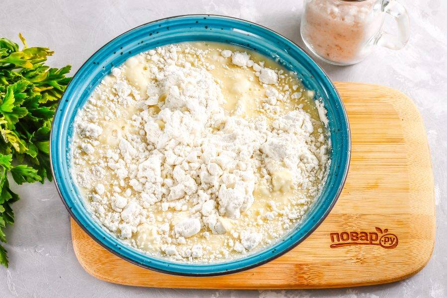 Всыпьте пшеничную муку высшего сорта и аккуратно взбейте, получая блинное тесто. Старайтесь не допустить образования комочков. После муки влейте в тесто 1,5 ст.л. растительного масла, перемешайте и оставьте тесто отдохнуть на 15 минут для активации клейковины.