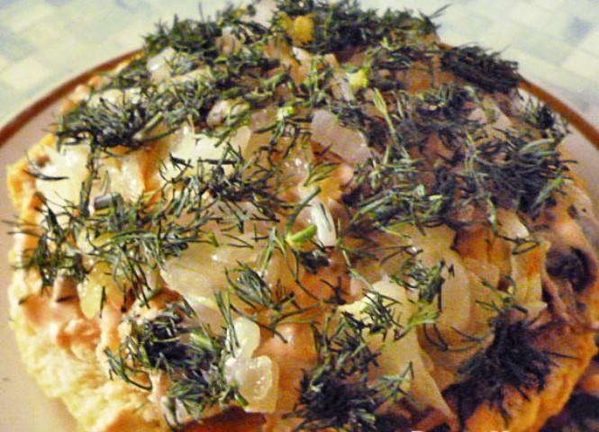 Далее слой лука и свежей зелени.