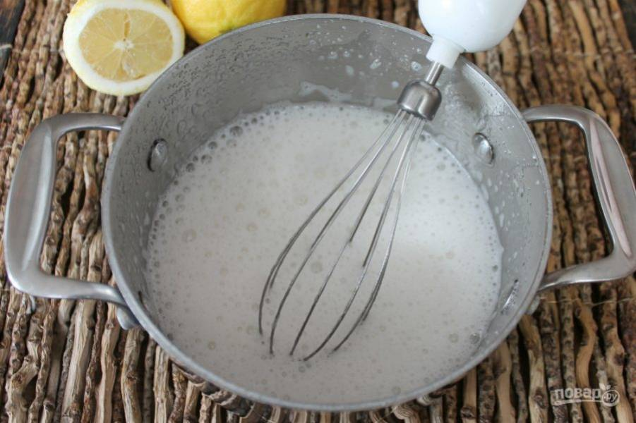 Взбиваем блендером. Масса в этот момент пенится и увеличивается в размере. Добавляем сок лимона и продолжаем взбивать около 3-5 минут.