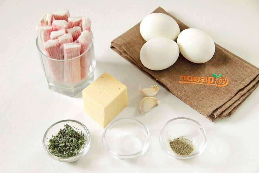 Подготовьте все ингредиенты. Яйца заранее отварите вкрутую и дайте остыть.