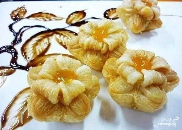 Готовые цветы выложите на бумажное полотенце, чтобы стек лишний жир. Затем сделайте в центре каждого цветка серединку из варенья. Поделки готовы, их можно подавать к столу!