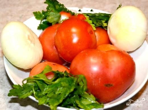 Для начала нужно подготовить овощи. Промываем помидоры, болгарский и острый перцы, морковь. Чистим репчатый лук. Если есть зелень, не забудьте и ее.