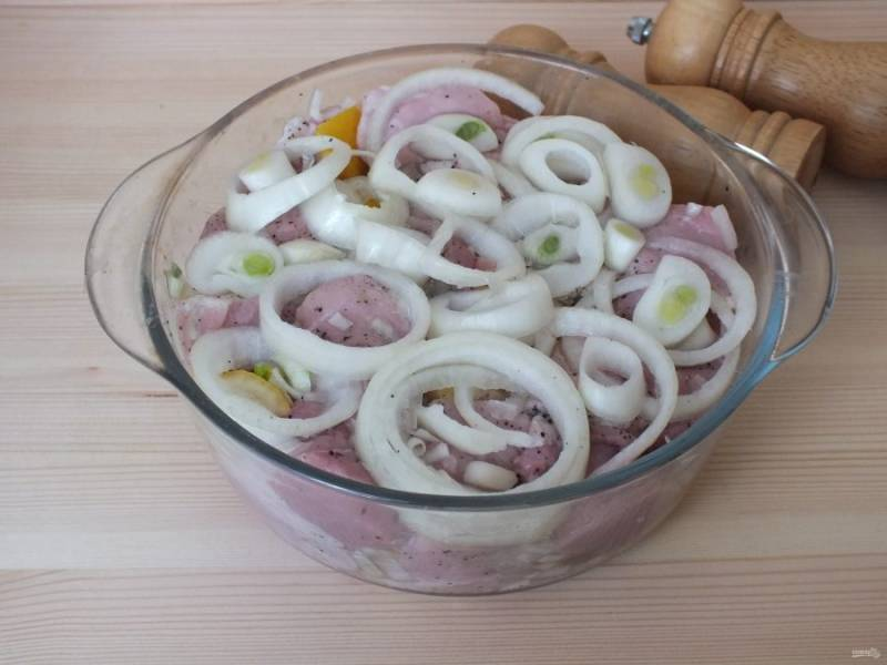 Сверху выложите кольца лука. Соль не добавляйте! Закройте крышкой и уберите в холодильник на 4-6 часов.