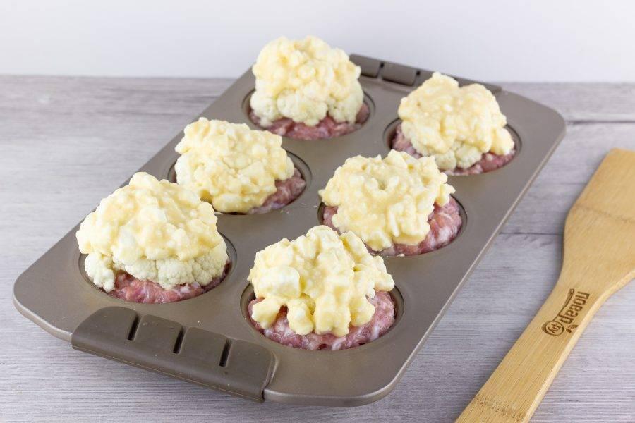 Выложите массу на капусту и поставьте запекаться на 35-40 минут при температуре 180 градусов. Если через некоторое время сыр начнет подгорать, то накройте верх фольгой.