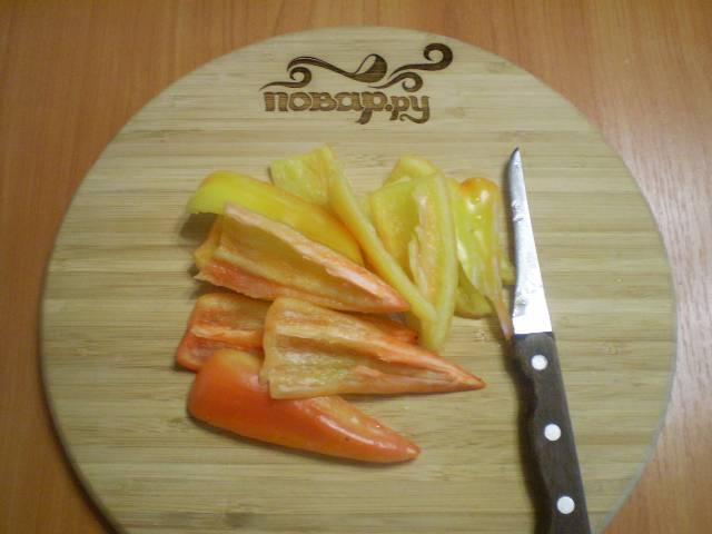 Режем болгарский перец.
