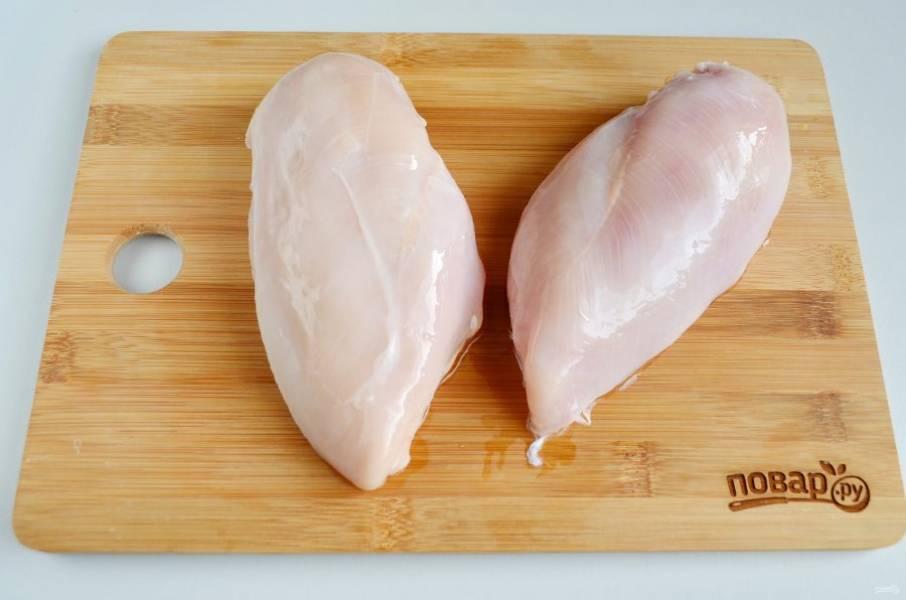 1. Тщательно промойте куриное филе.