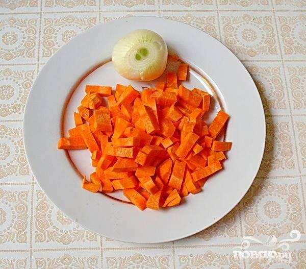 1. Первым делом необходимо почистить морковь и лук. В кастрюлю наливаем воды (два лита) и ставим на огонь. Когда вода закипит, бросаем туда нарезанную кубиками морковь и целую луковицу. Три минуты даем покипеть.