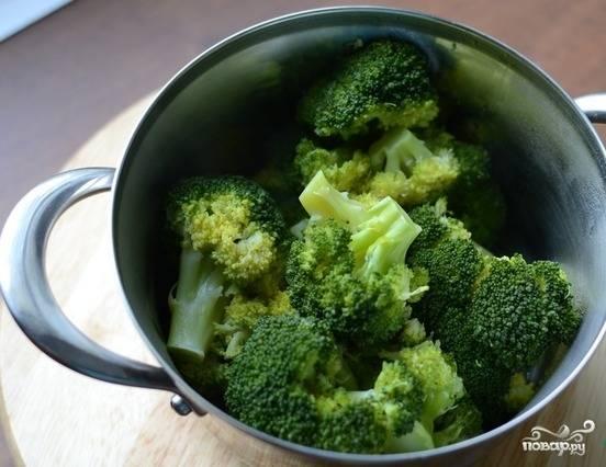 Брокколи промойте и разберите на соцветия. Сварите его в подсоленной кипящей воде около 4-х минут.
