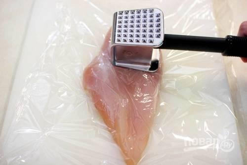 Отбейте филе с двух сторон, приправьте солью и перцем.