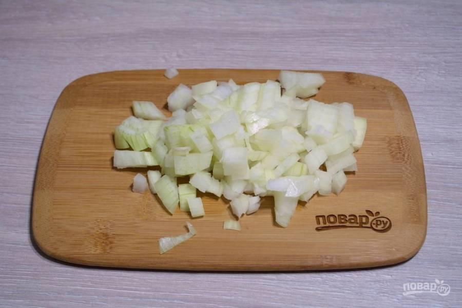 Для приготовления пирога с фаршем нам необходимо очистить и нарезать лук кубиком. Лук мы будем обжаривать. Старайтесь нарезать мелко.