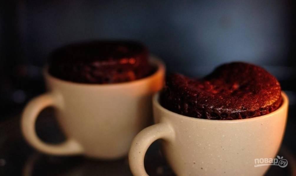 Поставьте чашки в микроволновку и поставьте ее на максимальную мощность. Готовьте кексы две-три минуты. Готовые кексы остудите и присыпьте по желанию сахарной пудрой.