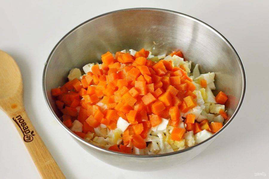 Аналогично нарежьте морковь.
