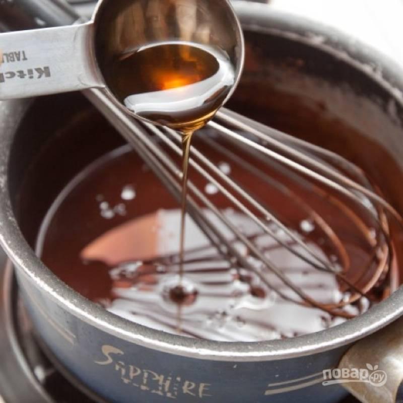 1. Нагрейте на низком огне какао-порошок с кокосовым маслом. Добавьте кленовый сироп и перемешайте.