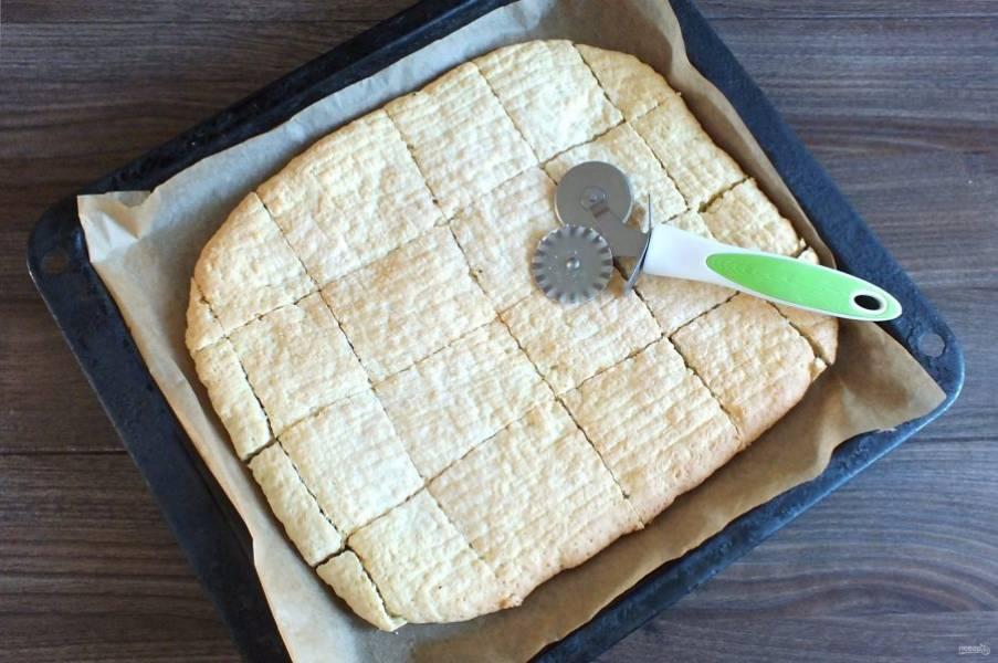 По истечении времени достаньте противень из духовки. Испеченный пласт сразу же нарежьте на квадраты или прямоугольники. Охладите на листе.