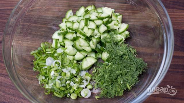 Мелко нарезаем вымытую зелень, огурцы нарезаем, как вам больше нравится: можно соломкой, кружочками или полукружками.