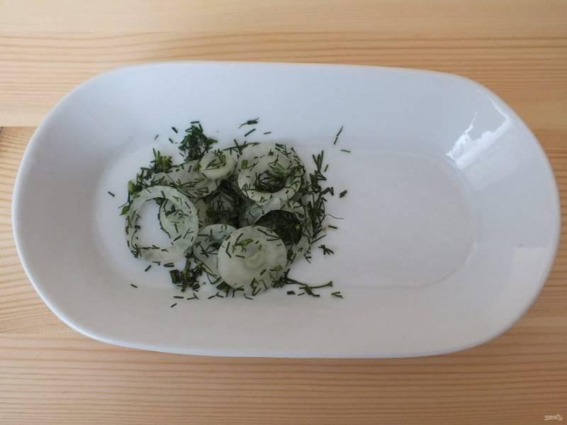 Подготовьте лук. Нарежьте колечками. Здесь важно, чтобы луковичка была маленькая. Измельчите укроп и обваляйте колечки лука.
