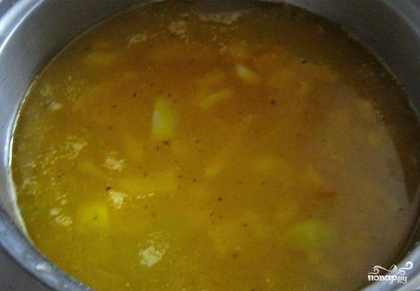 Затем добавьте зажарку к картофелю. За ней отправьте в бульон макароны. Варите суп в течение 8-10 минут на медленном огне.
