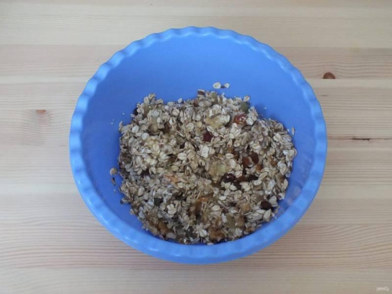 В чаше разомните в пюре банан, добавьте овсяные хлопья, дробленые грецкие орехи, цукаты, злаковую смесь, изюм. Перемешайте.