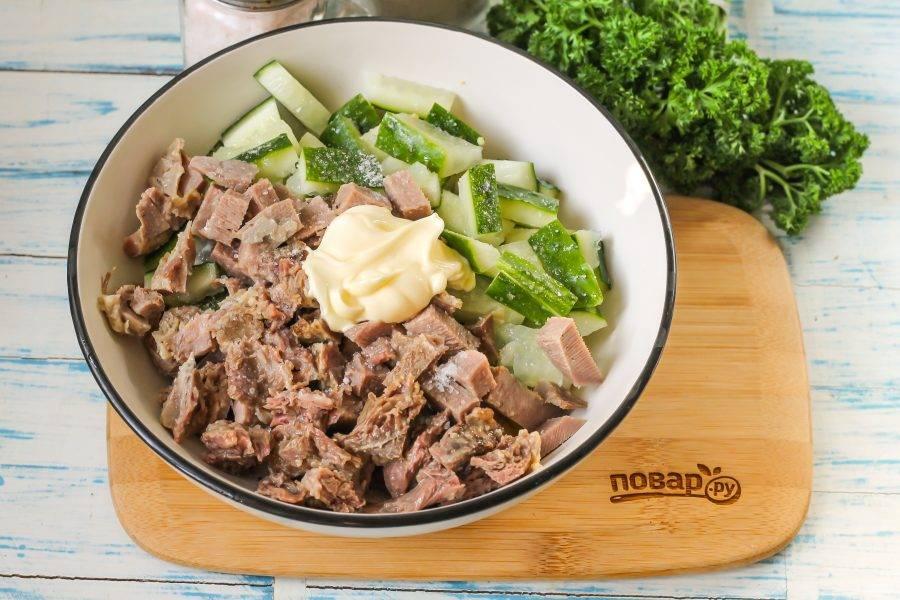 Посолите все ингредиенты и выложите майонез любой жирности. По желанию вы можете добавить мелко нарезанный репчатый или зеленый лук, чеснок. Аккуратно все перемешайте.