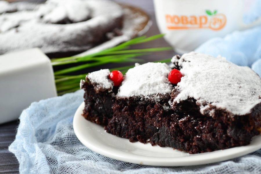 Подавайте простой шоколадный торт с кофе или чаем, все ваши родные и гости оценят!