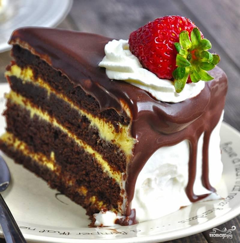 Полейте торт остывшей глазурью и украсьте по своему усмотрению (можно ягодами, например). В разрезе у нас получается вот такая красота!