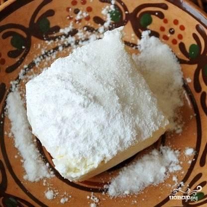 Творог тем временем смешиваем с ванилином и сахаром.