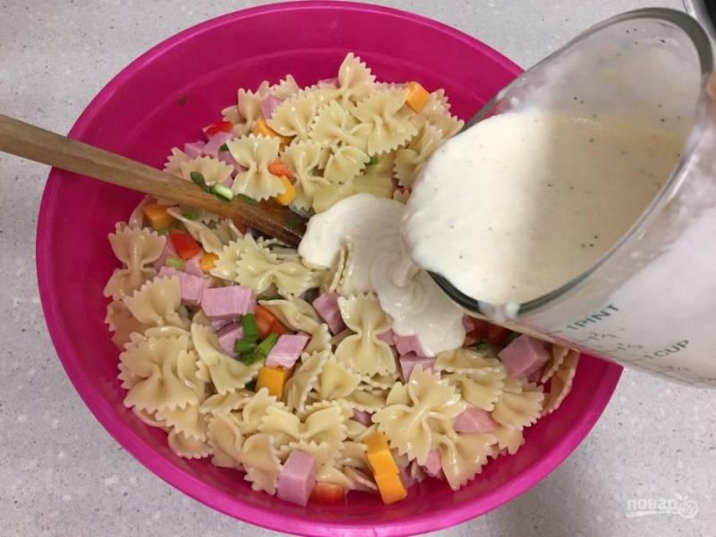 8.Поливаю салат приготовленной ранее заправкой, после чего снова перемешиваю.