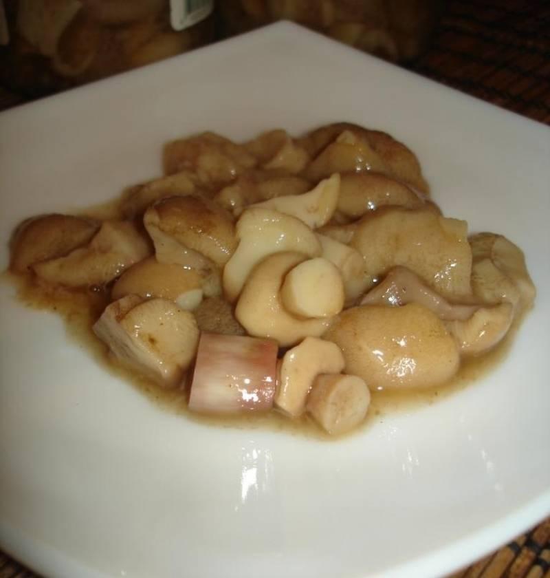 Перед подачей достаньте грибочки из маринада, выложите в тарелку и полейте сметаной или оливковым маслом, еще можно украсить зеленью. Приятного аппетита!