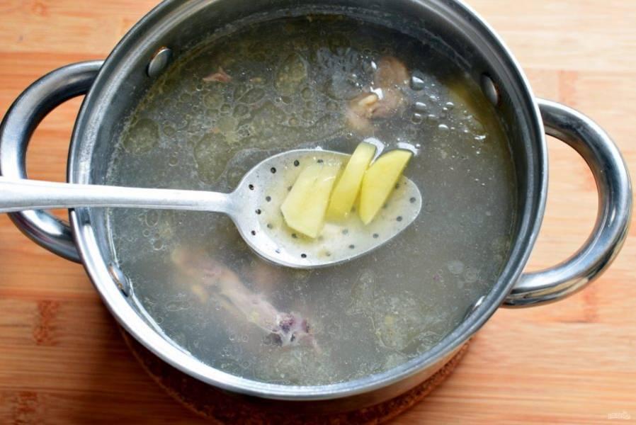 Поставьте варить бульон из курицы. Ближе к готовности мяса опустите в суп картофель, нарезанный брусочками, и варите до его полуготовности. Посолите и поперчите по вкусу.